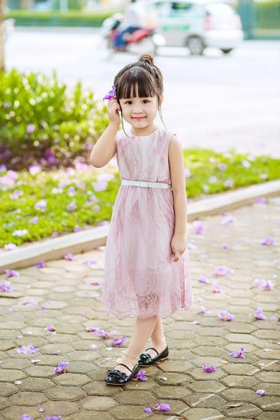 Lựa chọn váy phù dâu cho bé thêm xinh xắn