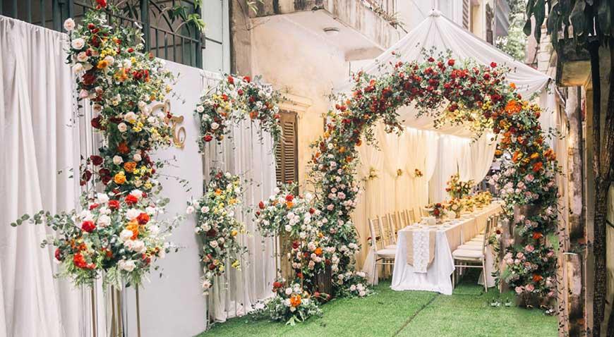 cổng cưới làm bằng hoa
