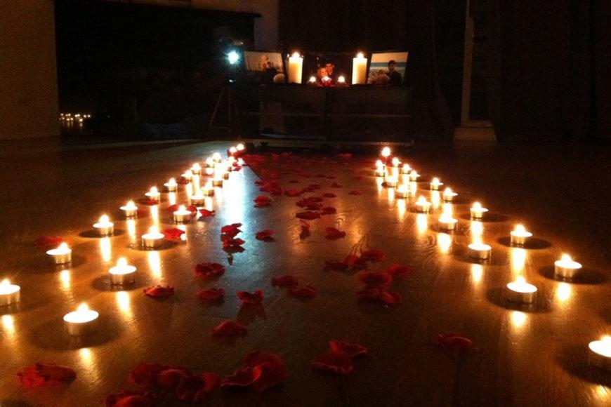 Phòng tân hôn lãng mạn với nến và hoa