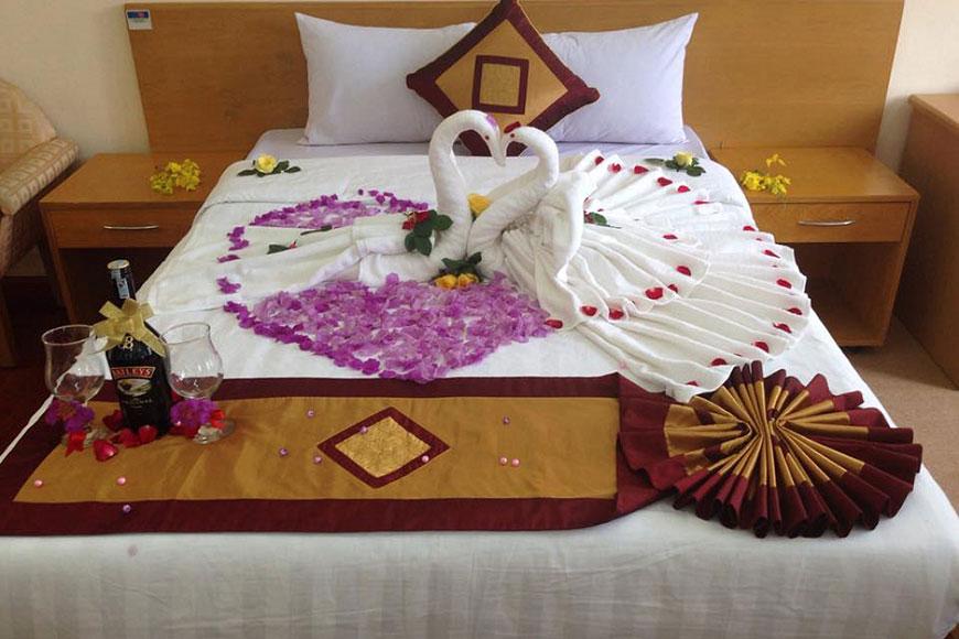 Trang trí giường cưới với đôi chim thiên nga trắng