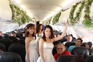 Cặp đôi đồng tính nữ Việt tổ chức đám cưới lãng mạn trên máy bay