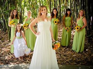Đám cưới ngoài trời được trang trí với tông màu vàng