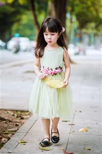 Lựa chọn váy voan cho bé phù dâu thêm xinh xắn