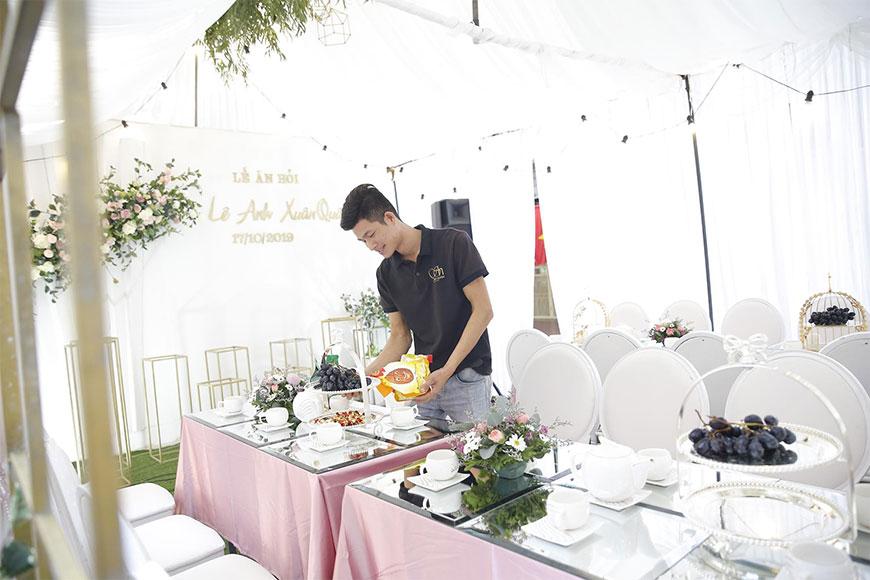 Kỹ thuật viên của Song Huyền đang trang trí bàn tiệc lễ ăn hỏi