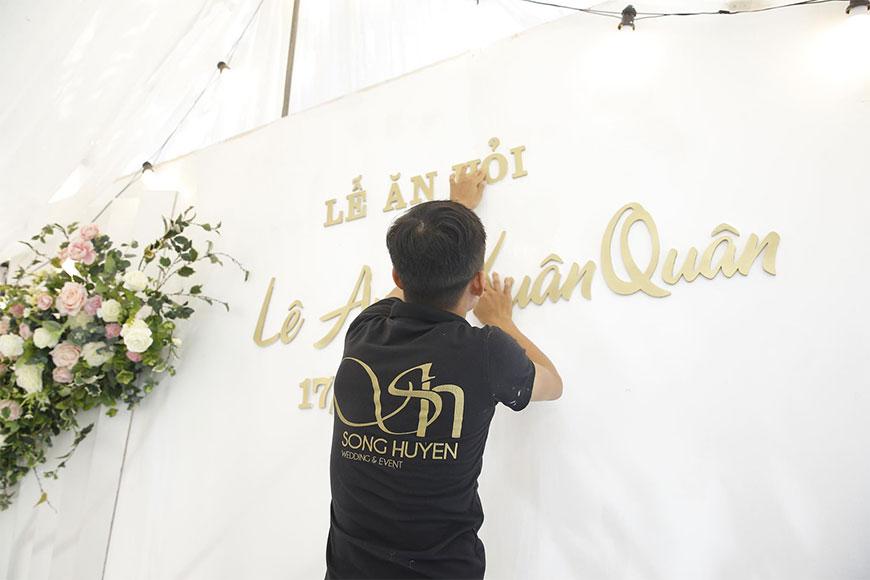 Kỹ thuật viên của Song Huyền đang trang trí phông lễ ăn hỏi