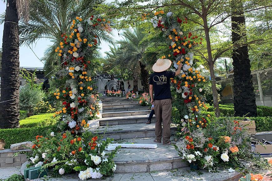 Kỹ thuật viên của Song Huyền đang trang trí cổng hoa