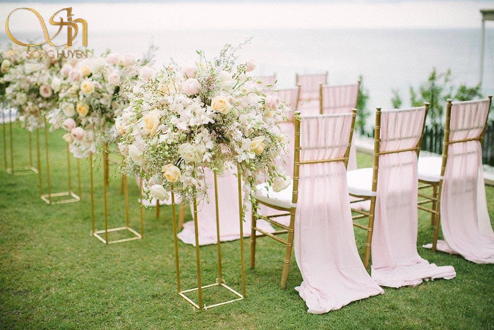 Gợi ý chọn hoa cho đám cưới tổ chức ngoài trời.