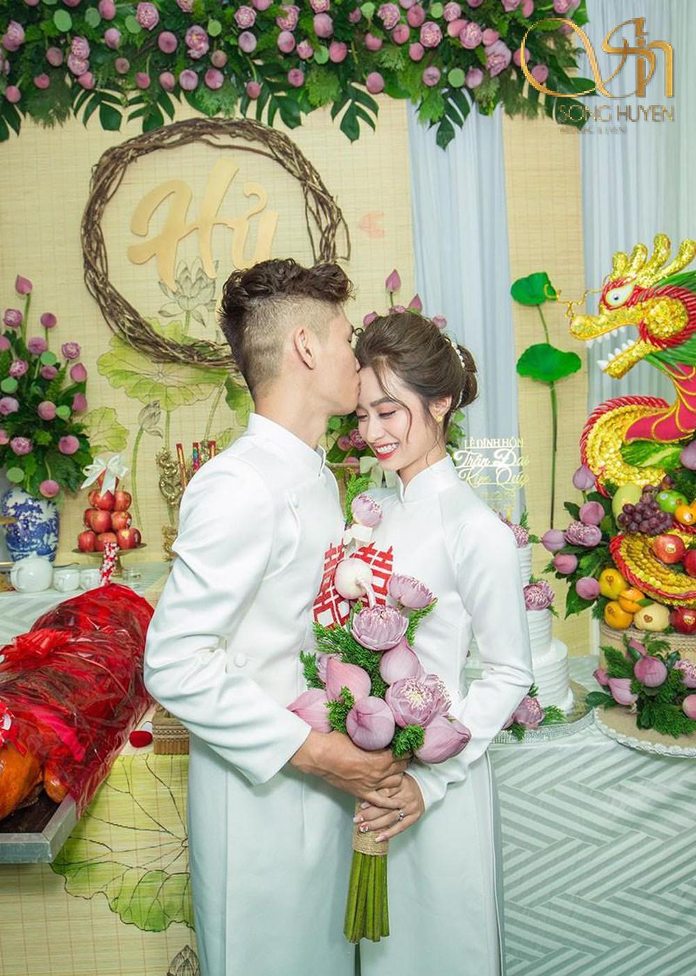 Lễ cưới truyền thống Việt Nam với trang trí hoa sen